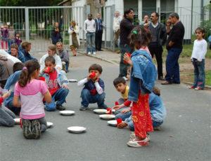 Kinder und Erwachsene vor einer Asylbewerberunterkunft