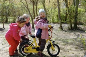 Kinder mit Fahrrad